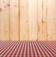 nappe rouge sur fond de bois