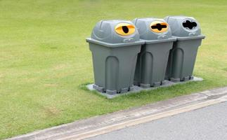 poubelles dans un parc photo