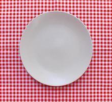 plaque blanche sur tissu à carreaux rouge