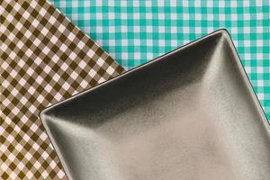 assiette carrée sur tissu