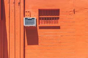 mur orange avec unité de climatisation photo
