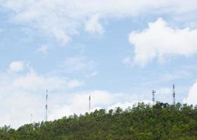 tours de télécommunications dans la forêt photo