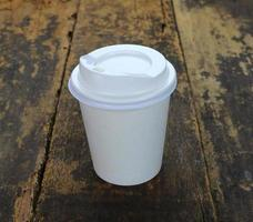 tasse à emporter sur table en bois photo