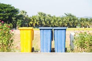 poubelles colorées dans la rue photo