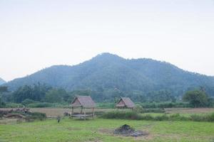 huttes sur le terrain en Thaïlande rurale photo