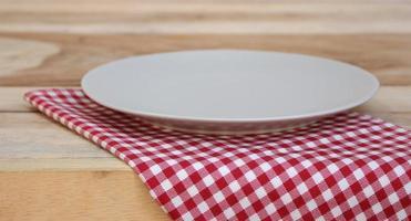 Plaque sur nappe à carreaux sur une table
