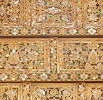 motif sur le toit d'un temple en thaïlande photo