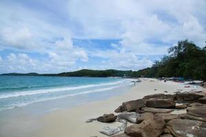 rochers sur la plage en thaïlande photo