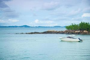 Bateau amarré en mer en Thaïlande photo