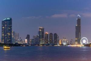 paysage urbain de nuit à singapour photo