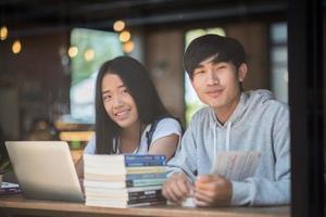 Groupe d'amis étudiants heureux dans un café