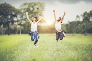 deux petites filles s'amusant dans le parc photo