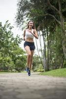 jeune femme sportive qui court dans le parc