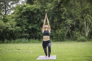 femme faisant du yoga dans le parc photo