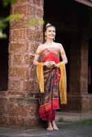 femme portant une robe thaïe typique photo