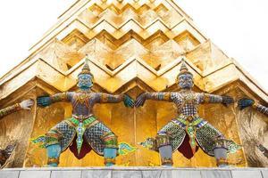 sculptures au wat phra kaew à bangkok photo