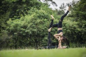 couple faisant du yoga dans le parc photo