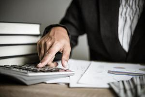 homme d'affaires, calcul de la croissance financière et des investissements photo