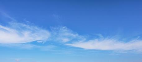 le ciel bleu avec des nuages blancs photo