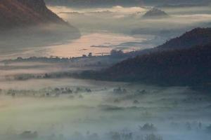 montagnes brumeuses au crépuscule