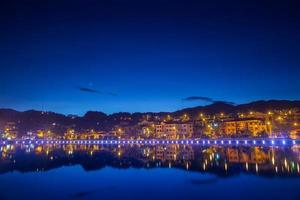reflet des bâtiments et des lumières dans l'eau