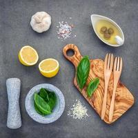 Vue de dessus des ingrédients pour la sauce pesto maison photo