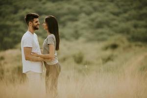 heureux, jeune couple, amoureux, marche, travers, champ herbe photo