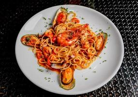 plat de spaghettis aux fruits de mer