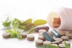 pilules sur la vue de dessus de la table en bois photo