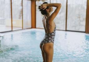 belle jeune femme debout près de la piscine