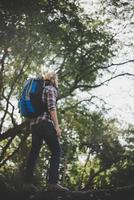 arrière du jeune randonneur profitant de la nature photo