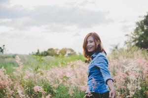 jeune femme hipster guidant le voyageur dans le domaine photo