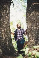 homme marchant dans la forêt