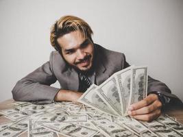 homme d & # 39; affaires heureux avec des billets en dollars photo