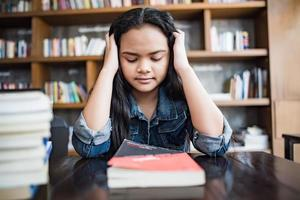 Portrait d'une jeune femme triste stressée assise au café photo