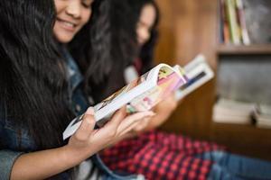 étudiantes lisant des livres à la bibliothèque
