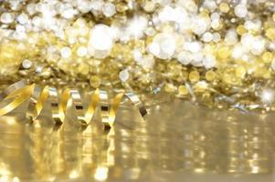 fond de noël avec ruban d'or et lumières bokeh photo