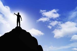 silhouette d'une personne debout sur un rocher