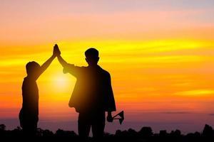 silhouette père et fils au coucher du soleil