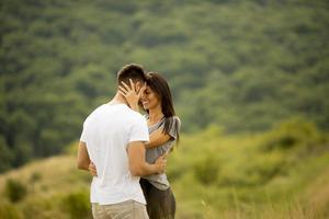 heureux, jeune couple, amoureux, à, les, champ herbe photo