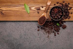 café torréfié dans un bol et une cuillère photo