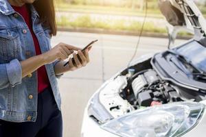 femme avec des problèmes de voiture appelant à l'aide photo