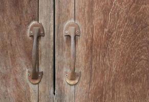vieille porte en bois avec deux poignées photo