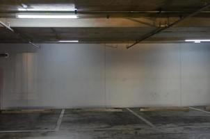 un parking vide se trouve à l'intérieur d'un bâtiment