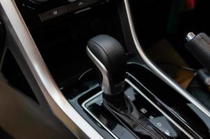 Pommeau de levier de transmission automatique à l'intérieur d'une voiture moderne