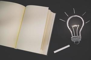 cahier vide et un doodle ampoule