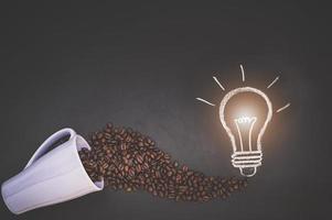 grains de café dans une tasse et griffonner sur le tableau noir