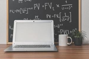 ordinateur portable sur le bureau