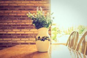 vase et fleurs sur la table photo