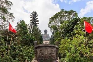 Statue de Bouddha Tian Tan au monastère de Polin, île de Ngong Ping Lantau, Hong Kong photo